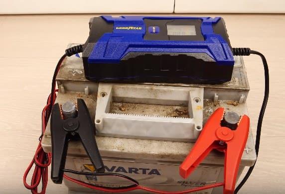 Процесс зарядки аккумулятора прибором good year